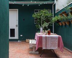 Quintal de casinha abriga mesa de madeira com bancos onde moradores recebem os amigos. Wall Colors, House Colors, Pintura Exterior, Small House Exteriors, Terracotta Floor, Wall Design, House Design, Design Exterior, Outdoor Furniture Sets