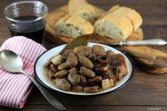 Los michirones murcianos son un guiso que se prepara con habas secas, jamón, chorizo, pimentón, laurel y ajos perfecto para días de invierno o como tapa.