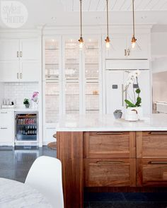 Home Decor Living Room House tour: Kitchen featuring gorgeous white display cabinets {PHOTO: Janis Nicolay}.Home Decor Living Room House tour: Kitchen featuring gorgeous white display cabinets {PHOTO: Janis Nicolay} Style At Home, Home Design, Design Design, Design Elements, Home Luxury, Interior Decorating, Interior Design, Budget Decorating, Cosy Interior