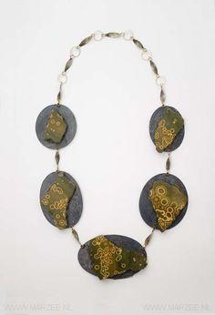 Beate Klockmann - necklace Grenouilles, 2010, silver, niello, jaspis, gold (8ct, 14ct en 18ct) - 350 x 200 x 10 mm