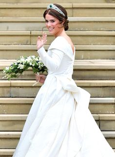 Princess Eugenie married Jack Brooksbank at the same chapel as her cousin, Prince Harry, married Meghan Markle. There were some similarities, but the two royal wedding had some major differences. Princesa Beatrice, Princesa Eugenie, Royal Wedding Gowns, Wedding Dresses Photos, Princess Wedding Dresses, Royal Weddings, Dress Wedding, Wedding Hair, Meghan Markle