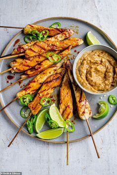 Fast 800 recipes: Satay chicken We like cooking this recipe on a ridged griddle, but you can also cook it on the barbecue or under the grill. The chicken is delicious hot or cold and make a great portable meal. Serve with a mixed salad. 800 Calorie Meal Plan, No Calorie Foods, Low Calorie Recipes, Diet Recipes, Chicken Recipes, Cooking Recipes, Recipies, Chicken Curry, Chicken Satay