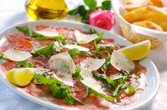 Carpaccio classique #recettesduqc #entree #boeuf Ceviche, Caprese Salad, Cobb Salad, Bon Appetit, Potato Salad, Seafood, Buffet, Side Dishes, Appetizers