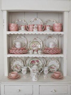 cuisine shabby chic, tasses en motifs floraux, meuble ancien