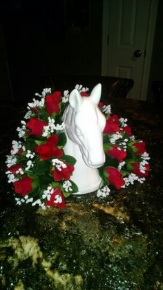 Kentucky Derby Centerpiece Derby Time, Derby Day, Kentucky Horse Farms, Kentucky Derby, Barn Parties, Themed Parties, Horse Racing Party, Horse Head Wreath, Derby Horse