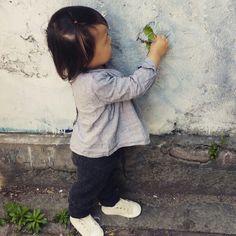 벽 틈에 힘들게 씨를 피웠을텐데 우리아가가 모조리 잡아 뜯음ㅠ 미안 #덩쿨  The seeds must have had a hard time planting themselves within the cracks of the wall. My kids ripped them out of it. Sorry #vines