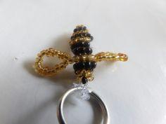Voici la création d'une abeille en perle sa ma pris 1h30/2h00