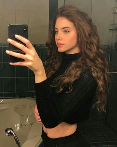 Do you like your wavy hair and do not change it for anything? But it's not always easy to put your curls in value … Need some hairstyle ideas to magnify your wavy hair? Hair Inspo, Hair Inspiration, Curly Hair Styles, Curly Wavy Hair, Long Curly, Aesthetic Girl, Pretty Hairstyles, Pretty Face, Pretty People