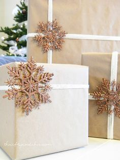 Add a snow flake on your wrapping: simply cute| neutrally wrapped presents with kraft paper and yarn