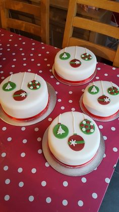 Baubles Christmas Cakes (With Images) Fondant Christmas Cake, Mini Christmas Cakes, Christmas Cake Designs, Christmas Cake Topper, Christmas Cake Decorations, Christmas Sweets, Holiday Cakes, Christmas Cooking, Christmas Goodies