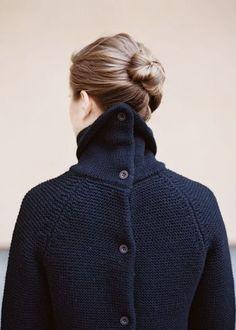 背中で留めるタイプのニットは体にぴったりとフィットする感じが素敵です。  髪をまとめて首元はすっきりと。