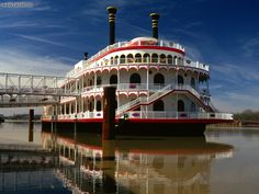 Cruise the Mississippi River on a paddle-wheel boat. Mark the twain! Mississippi Queen, Vicksburg Mississippi, Mardi Gras, Steam Boats, Paddle Boat, Gulf Of Mexico, Road Trip Usa, Boat Plans, Places To Go