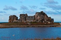 Bretagne Côtes D'Armor  Maison de granit rose de plougrescant en période hivernale.