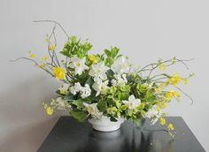"""Hace años estudiar era sentarme frente al ordenador rodeada de libros y documentos. Hoy  estudiar es otro tipo de creación  una que me permite ser muchísimo más expresiva.  Con este boceto le doy la bienvenida a la primavera!!! . (Las flores de este centro de mesa no están en su mejor momento porque he """"estudiado""""  mucho con ellas) . . . . . . . . . . . . #enelbosque #enelbosqueflorece #flowers #flores #flower #flor #naturaleza #nature #plantas #plants #loveplants #natura #nature…"""