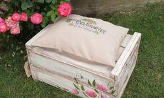 Nada más con pintarlo y darle tu toque personal ya tienes un cajón de madera que sirve como asiento para el jardín