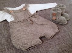 Little man knitted overalls. Baby Boy Knitting Patterns, Knitting For Kids, Baby Patterns, Baby Boy Dress, Baby Pants, Knitted Baby Clothes, Knitted Romper, Toddler Outfits, Baby Boy Outfits