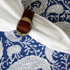 "Blå duk med paisleymönster från svenska Chamois i nyansen Navy Blue. Table cloth ""Big Paisley Navy Blue"" by Chamois. Leather napkin ring by Balmuir. Everything from Longcoast Living."