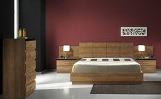 Dormitorio muebles de madera para pareja, cabezal, cómoda y mesitas.