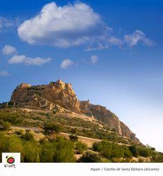 Castillo de Santa Bárbara, icono de la ciudad de Alicante. ¡Tienes que subir y admirar las vistas! @Alicante_City pic.twitter.com/ISxO8Eoto1