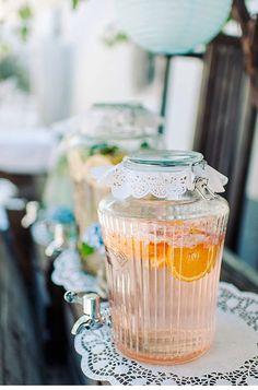 Super schöne Getränkespender für eine Vintagehochzeit. Das i-Tüpfelchen ist natürlich die Tortenspitze die mit verwendet wurde.