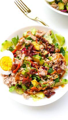 Polewamy dressingiem i serwujemy Salad Dishes, Cobb Salad, Catering, Health Fitness, Veggies, Food And Drink, Healthy Eating, Menu, Tasty