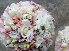 Ramo con rosas, lisianthus y un montón de detalles.