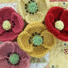 Knot Garden: June 2009 - knitted poppies - Cath Kidston type vintage style - for brooches, small gifts and home furnishings by yvonne Knitted Poppies, Knitted Flowers, Knitted Flower Pattern, Knitting Stitches, Knitting Patterns, Crochet Patterns, Knitting Projects, Crochet Projects, Poppy Pattern