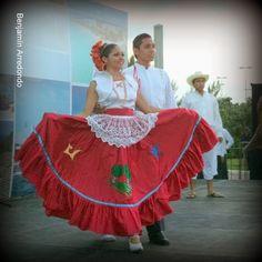 El Bable traje típico no muy conocido de Quintana roo México Beautiful Mexican Women, Mexico Fashion, Quintana Roo, Dress Up, Costumes, Folklore, Regional, Outfits, Traditional