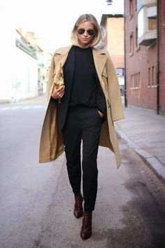 Street chic in all black with a camel trench coat. Street Chic in ganz Schwarz mit Kamel-Trenchcoat.