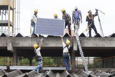 Greenpeace instala placas solares em escola pública na periferia de SP - A instalação foi feita por 15 jovens, selecionados e treinados pela ONG.