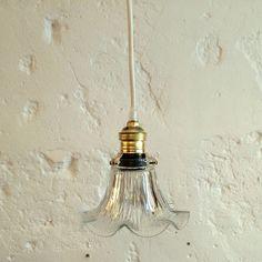 Petite lampe suspension luminaire abat jour ancien en verre moulé... http://www.lanouvelleraffinerie.com/plafonniers-suspensions-lustres/1209-petite-lampe-suspension-luminaire-abat-jour-ancien-en-verre-moule.html