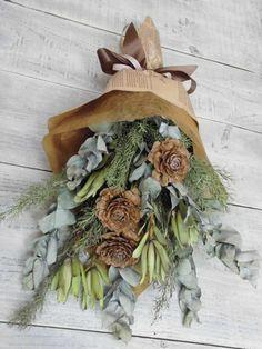ナチュラルドライフラワーで制作してあります。使用花材はユーカリ、メラレウカ、リュウカデンドロン、シダーローズ立てて飾っても寝かせても壁に吊るしてもOKです。サ...|ハンドメイド、手作り、手仕事品の通販・販売・購入ならCreema。