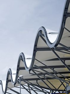 Sinusoidal twisted ribbon fabric canopy to rooftop store entrance