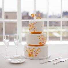 ► Un pastel de boda moderno de polka dots en blanco y naranja. #pasteles #bodas