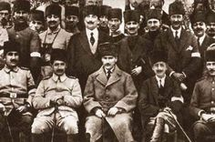 Albay İsmet (İNÖNÜ) Bey ve Albay Refet (BELE) Bey ile birlikte at yarışlarını izlerken, Ankara, 30 Ekim 1920.