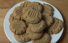 ever have a crave for cookies but you just don't have enough ingredients in the cupboard? chances are you got all you need for this amazing peanut butter cookies recipe. Peanut Butter Eggs, Keto Peanut Butter Cookies, Natural Peanut Butter, Keto Cookies, Galletas Keto, One Pot Chef, Chocolate Oatmeal Cookies, Easy Cookie Recipes, Cookies Ingredients