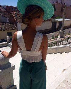 Impresionantes esta #invitadaperfecta de @mariamartintocados . Nos encanta el detalle de la #espalda . #invitada #invitadas #boda #bodas #wedding #weddingguest #guest #moda #fashion #tocado #tocados #invitadaconestilo #invitadaboda