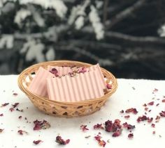 The next part of your natural beauty routine is to exfoliate. Carefully exfoliating to eliminate flaky, dead skin from your face and body will leave you glowing and feeling revitalized. Homemade Soap Recipes, Homemade Facials, Cleanser For Oily Skin, Moisturizer, Green Tea Face, Winter Rose, Natural Exfoliant, Rose Soap, Shampoo Bar