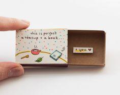 """Amante del libro amor tarjetas / tarjeta de amor para los amantes del té / tarjeta de aniversario / Matchbox """"Esto es perfecto - una taza de té, un libro más"""" / té/libro/LV080"""