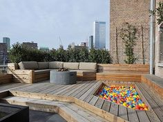 dakterras loftappartement in Rotterdam Elsker kugle-karret loftappartement in Rotterdam - roof terrace with children's ballpit.Elsker kugle-karret loftappartement in Rotterdam - roof terrace with children's ballpit. Rooftop Terrace, Terrace Garden, Concrete Deck, Garden Seating, Diy Pergola, Pergola Kits, Outdoor Gardens, Roof Gardens, Outdoor Patios