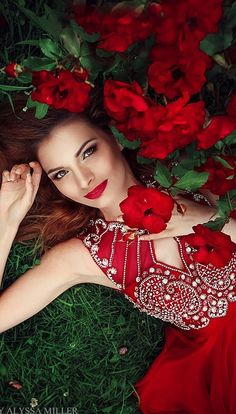 Green and Red Woman / Flowers Beautiful Eyes, Beautiful Flowers, Beautiful Women, Mode Baroque, Red Images, Mode Glamour, Girls With Flowers, Foto Art, Love Rose