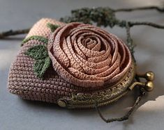 Crochet frame coin purse in vintage style, dusty pink change pouch decorated with rose flower, miser purse, unique gift for her