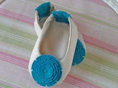 Bebê Mary Janes. Sapatos de feltro. Presente novo do bebê. Bailarinas. Bebê Moda. Linho Sapatos com flores de feltro.