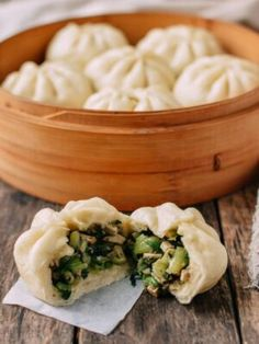 Steamed Vegetable Buns Today, vegetarians and vegans, we're talking to you! These Steamed Vegetable Buns are vegan––and delicious. After our recent posts of the Perfect Prime Rib Roast and Bill's Pernil-Style Pork Roast to name a few, I felt the need Vegan Foods, Vegan Dishes, Vegetarian Recipes, Cooking Recipes, Healthy Recipes, Vegetarian Dim Sum, Vegetarian Dinners, Vegetarian Cooking, Vegetarian Breakfast