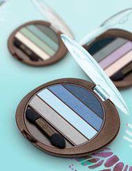 Quatro cores práticas e fáceis de usar, para conseguir muitos efeitos para os seus olhos. Vem com aplicador, fácil de usar. Conteúdo: Quarteto de Sombras com Mistura de Cores 2,4g  Benefícios:Destaque para os olhos, com cores que podem ser usadas sozinhas ou combinadas.  Recomendado para: Mulheres