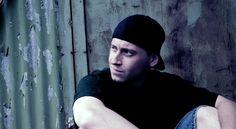 Gory Gore neues Album 'Faces of Gore' - Sollte man das neue Machwerk des Bielefelder Mic-Predigers Gory Gore grob kategorisieren, liegen sofort Formulierungen wie 'geradlinig sozialkritischer Hardcore-Rap' nahe.  Was Mr. Gore dem Hörer im Rahmen der 21 Anspielstationen der 'Faces of Gore'-LP bietet, geht jedoch schon beim erstmaligen Hören des Langspielers über diese grobe Kategorisierung hinaus, so wird der 0815-'Fuck the System'-Attitüde sogleich der Kampf angesagt, indem der Protagonist…