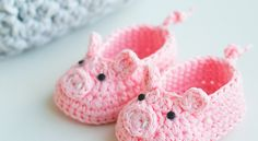 Crochet Amigurumi Ideas Hello my lovely crocheters! Last week I posted a pattern for crochet amigurumi toy Piggy Bella (you can find the pattern HERE) and I liked the idea so much that I've created a pair of piggy booties. Crochet Baby Clothes, Crochet Baby Shoes, Cute Crochet, Crochet For Kids, Crochet Crafts, Knit Crochet, Newborn Crochet, Crochet Baby Bootie Pattern, Crochet Baby Stuff