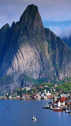 Reine – wioska rybacka położona na Wyspie Moskenesoya w norweskim Archipelagu Lofotów. A nad nią wznosi się Reinebringen (442 m). Liczba mieszkańców wynosi około 300 osob. Reine jest położone za kołem podbiegunowym. Wioska, mimo położenia na wyspie, połączona z lądem jest za pomocą mostów. Przebiega przez nią trasa europejska E10. Więcej na stronie: http://www.visitnorway.pl/gdzie-jechac/norwegia-polnocna/lofoty/