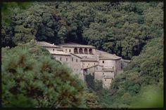 Eine der berühmtesten Ortschaften Italiens ist Assisi - Teil des UNESCO- Welterbes. Hier lebte der Heilige Franziskus von Assisi, der Mann, der auf jeglichen Besitz verzichtete und sein Leben den Bedürftigen widmete.  Ihm ist auch die beeindruckende Basilika gewidmet, ein Symbol der Christenheit, die sich auf dem Berg Subasio erhebt und das ganze Tal dominiert.  #Italien #Assisi #Umbrien #EntdeckeItalien