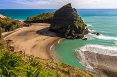 Best time to visit New Zealand South Island and North Island honeymoon. Find when is the best time to visit New Zealand and Australia and Auckland travel weather wise here. Honeymoon In New Zealand, New Zealand Beach, New Zealand North, Visit New Zealand, Auckland New Zealand, New Zealand Travel, Most Beautiful Beaches, Beautiful Places To Visit, Places To See
